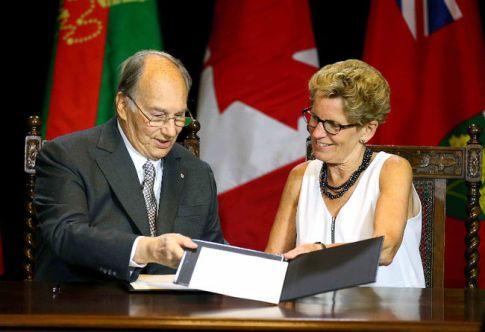 His Highness, Aga Khan and Premier Kathleen Wynne sign an agreement of cooperation between the Province of Ontario and the Ismaili Imamat