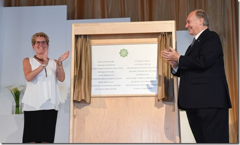 Mawlana-Hazar-Imam-and-Premier-Kathleen-Wynne-share-in-applause-after-unveiling-the-plaque-marki.jpg
