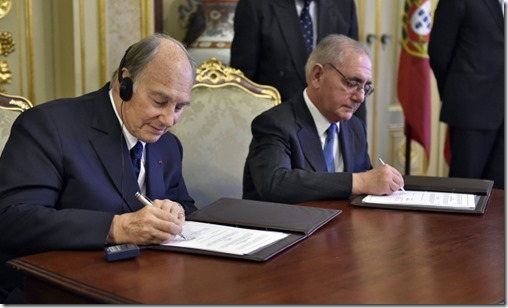 Mawlana Hazar Imam and Portugal's Minister of State and Foreign Affairs Rui Machete sign a landmark agreement
