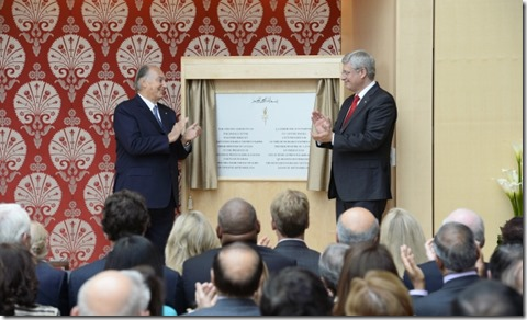 Mawlana Hazar Imam and Prime Minister Stephen Harper unveil a plaque commemorating the opening of the Ismaili Centre
