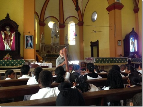 Students ask questions about the structure of the Holy Ghost Cathedral