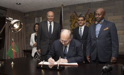 Mawlana Hazar Imam signs the visitor's book upon his arrival in Nairobi,