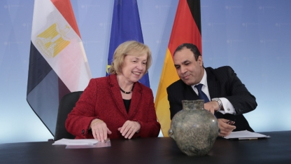 Minister of State Böhmer and Egyptian Ambassador Badr Abdelbatty with the ancient jar