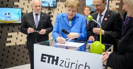 ETH Zürich. Hinten links auf dem Monitor sieht man was die Kanzlerin malt.