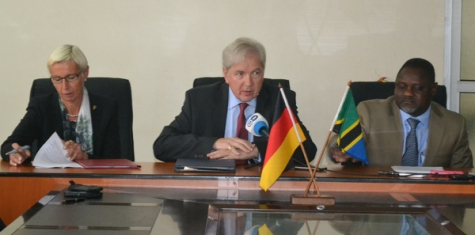 Ambassador Kochanke (m.) during the signing of the agreement