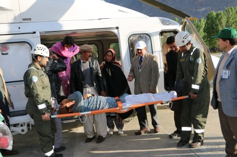 FOCUS-Pakistan-team-airlifting-patient-on-AKDN-helicopter-2