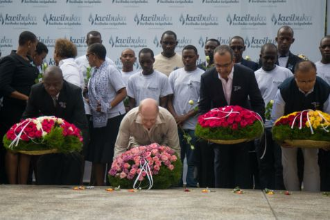Prince Amyn Aga Khan lays a wreath of flowers to honor the victims of the Genocide against the Tutsi. (Timothy Kisambira)