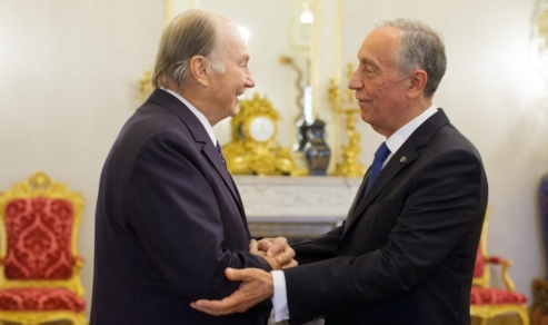 HE President Marcelo Rebelo de Sousa greets His Highness the Aga Khan upon his arrival at the Presidential Palace.