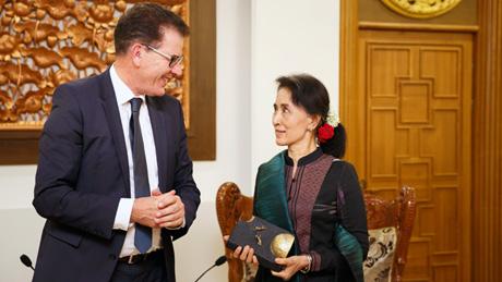 Bundesentwicklungsminister Gerd Mueller, CSU, trifft Friedensnobelpreistraegerin und Aussenministerin Aung San Suu Kyi in der Hauptstadt von Myanmar, Nay Pyi Taw ,17.06.2016. Copyright: Ute Grabowsky/ photothek.net [Tel. +493028097440 - www.photothek.net - Jegliche Verwendung nur gegen Honorar und Beleg. Urheber-/Agenturvermerk wird nach Paragraph13 UrhG ausdruecklich verlangt! Es gelten ausschliesslich unsere AGB.]