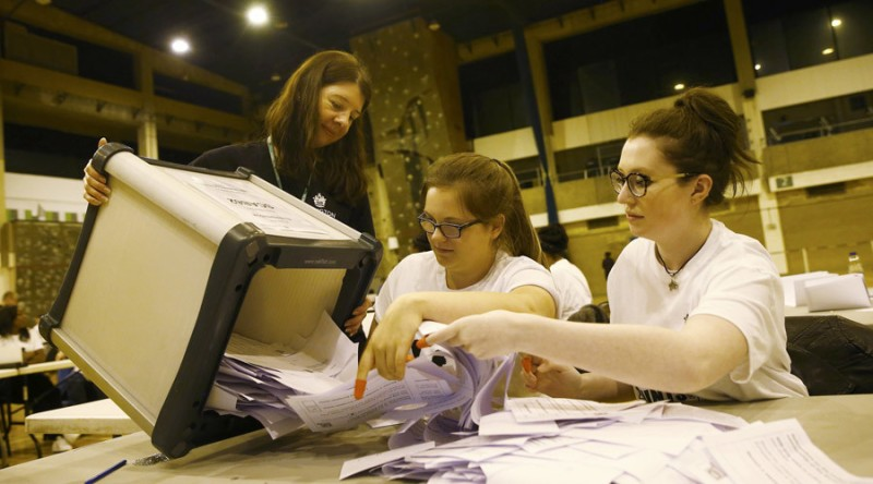 Workers begin counting ballots after polling stations closed in the Referendum on the European Union in Islington, London, Britain, June 23, 2016. © Neil Hall - Reuters