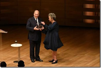 The Right Honourable Adrienne Clarkson presents His Highness the Aga Khan with the Prize for Global Citizenship