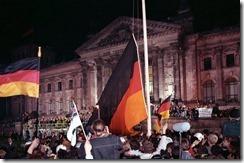 Bundesarchiv_Bild_183-1990-1003-400,_Berlin,_deutsche_Vereinigung,_vor_dem_Reichstag.jpg 