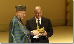 President Hamid Karzai of the Islamic Republic of Afghanistan presents the -United we Care- award to His Highness the Aga Khan. AKDN-Gary Otto