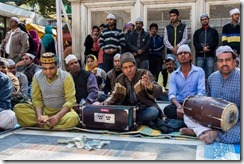 The qawwali is held in front of the main entrance of the dargah of the Nizamuddin.