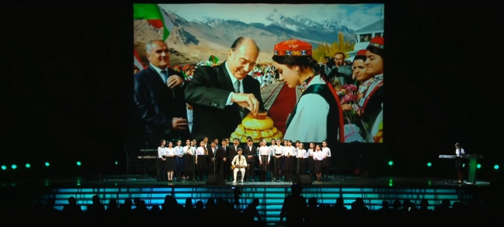 moscow-concert-aga-khan-80th-birthday-youth-performance-backdrop-aga-khan-bdakhshan-visit