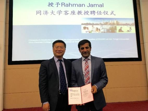 Picture 2: Newly appointed Visiting Professor Rahman Jamal receiving the certificate of appointment from Prof. Dr. Chen Ming, Vice Director of CDHAW und Director of Industrie 4.0 Smart Factory Lab.
